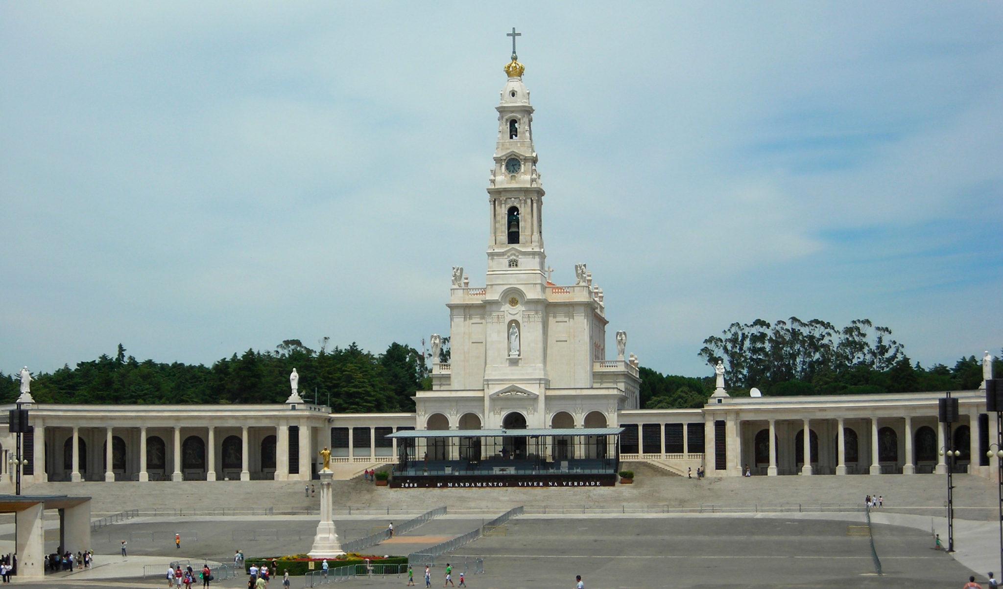 Sanktuarium Matki Bożej w Fatimie. Na podst. By Therese C - Flickr: DSCN5573, CC BY 2.0, https://commons.wikimedia.org/w/index.php?curid=56845332