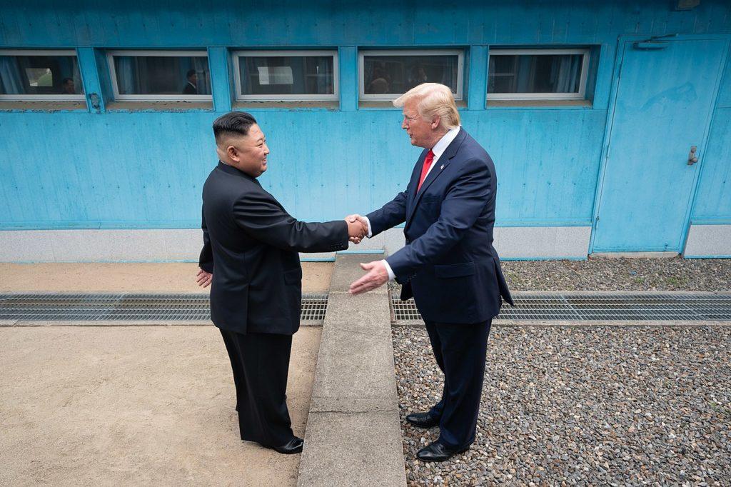 30 czerwca 2019: Przywódcy państwowi: północnokoreański i amerykański w koreańskiej strefie zdemilitaryzowanej, By The White House from Washington, DC - President Trump Meets with Chairman Kim Jong Un, Public Domain, https://commons.wikimedia.org/w/index.php?curid=80068896