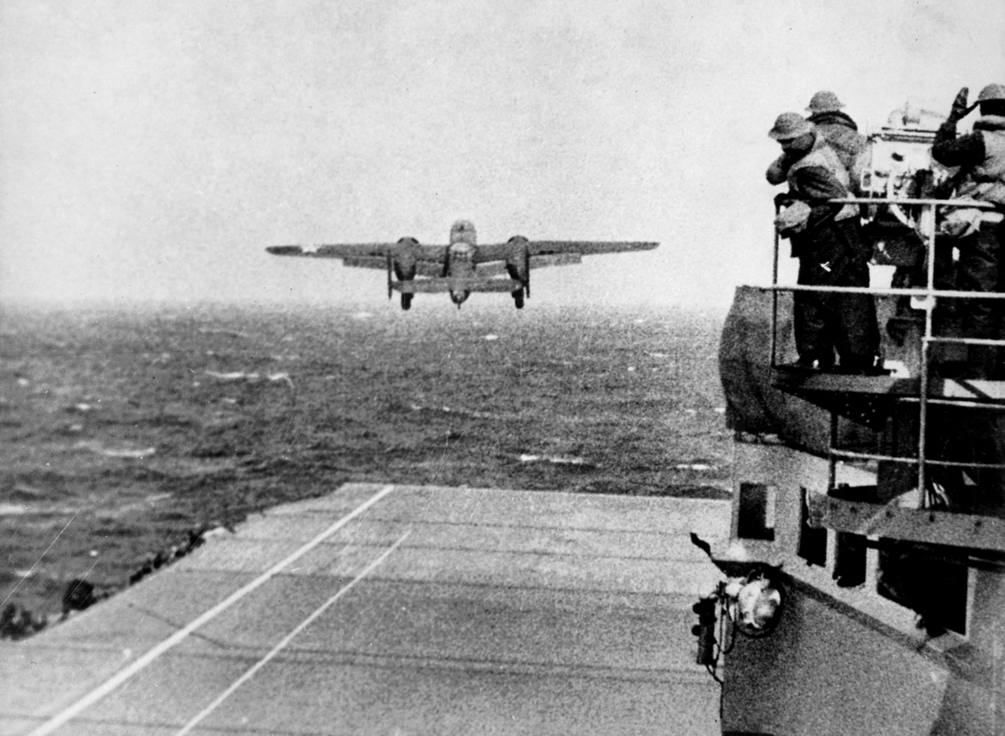 Rajd Doolittle'a, 18 kwietnia 1942: startujący bombowiec B-25 Mitchell, By U.S. Navy (photo 80-G-41196) - Ten plik jest dostępny w zbiorach National Archives and Records Administration i skatalogowany pod numerem ARC (National Archives Identifier) 520603., Domena publiczna, https://commons.wikimedia.org/w/index.php?curid=53303