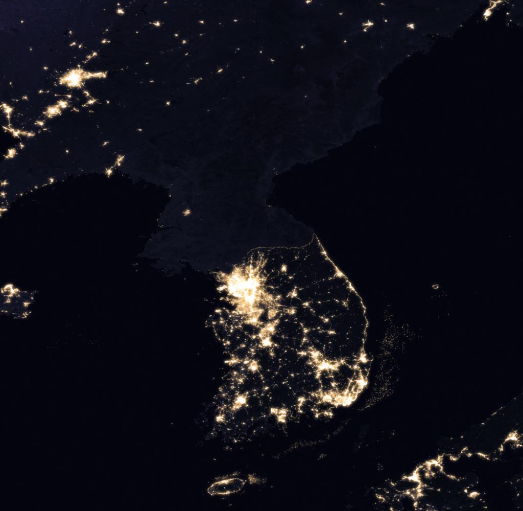 Nocne zdjęcie satelitarne Półwyspu Koreańskiego, wykonane w 2016 r., By NASA. - NASA Earth Observatory: Earth at Night: Flat Maps: Global Map Downloads - 2016 Color., Public Domain, https://commons.wikimedia.org/w/index.php?curid=59144274